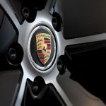 Wheel hub cover with coloured Porsche Crest